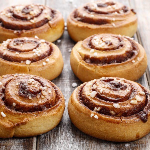Cinnamon rolls avec grains de sucre perlé