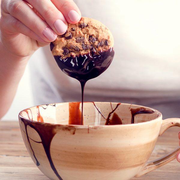 Cookie trempé dans du chocolat fondu