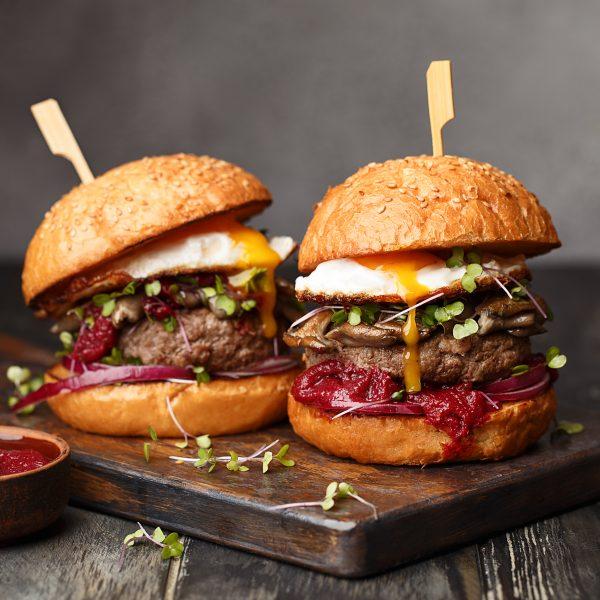Hamburgers et ketchup à base de tomate et de sucre