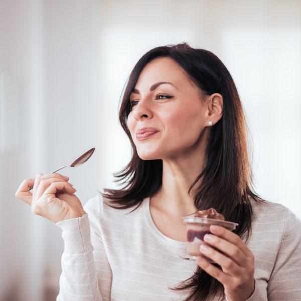 kobieta jedząca słodki deser