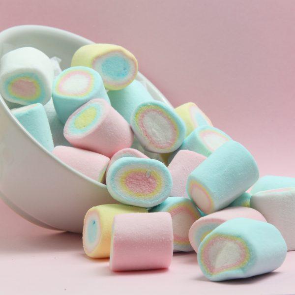 Wyroby cukiernicze w postaci kolorowych cukierków.
